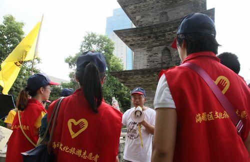 化旅游志愿者们在天宁寺