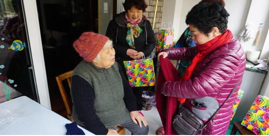 [迎春社区]党员爱心倾注编织品 弱势高龄老人享温暖